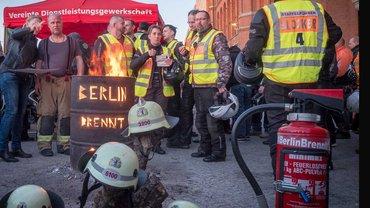 Fünf Wochen haben die Berliner Feuerwehrleute vor dem Roten Rathaus eine Mahnwache gehalten