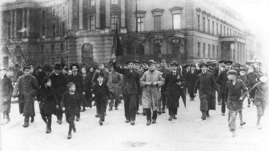 Revolutionäre Demonstranten am 9. November 1918 in Berlin, Unter den Linden