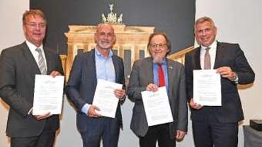 V.l.n.r.: Gunther Adler, Autobahn GmbH, Volker Geyer, dbb, Wolfgang Pieper, ver.di und Stephan Krenz, Autobahn GmbH mit der unterzeichne- ten Tarifeinigung.