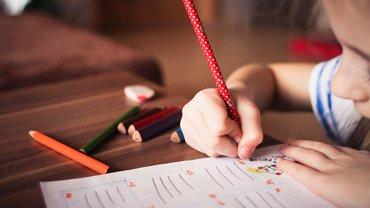 Ein Kind malt auf einem Papier